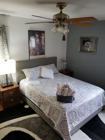"Clean Spacious room/keyed entry/32"" Smart TV"