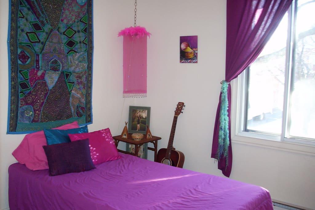 Chambre intime avec un lit.