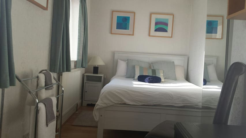 *COMFORTABLE, BRIGHT AND AIRY DOUBLE ROOM