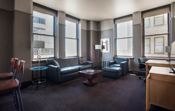 Queen Suite with great views of Downtown Dallas 14