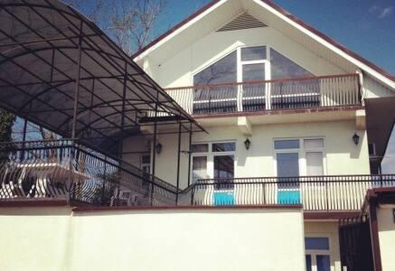 Весь дом С ВЫХОДОМ НА ПЛЯЖ-16мест - Сухум