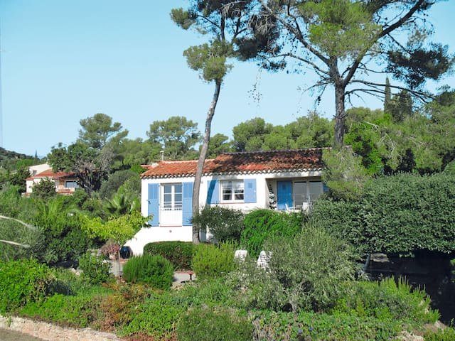 Holiday home with beautiful views, just 300 m from the nearest cove