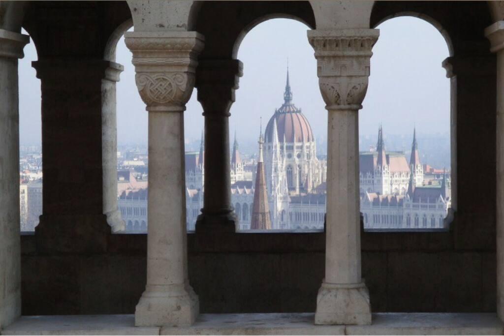 Parlament a Halász bástyáról. Minden nevezettessége Budapestnek könnyen és gyorsan elérhető az apartmanból. A Parlament 2 Metró megálló.
