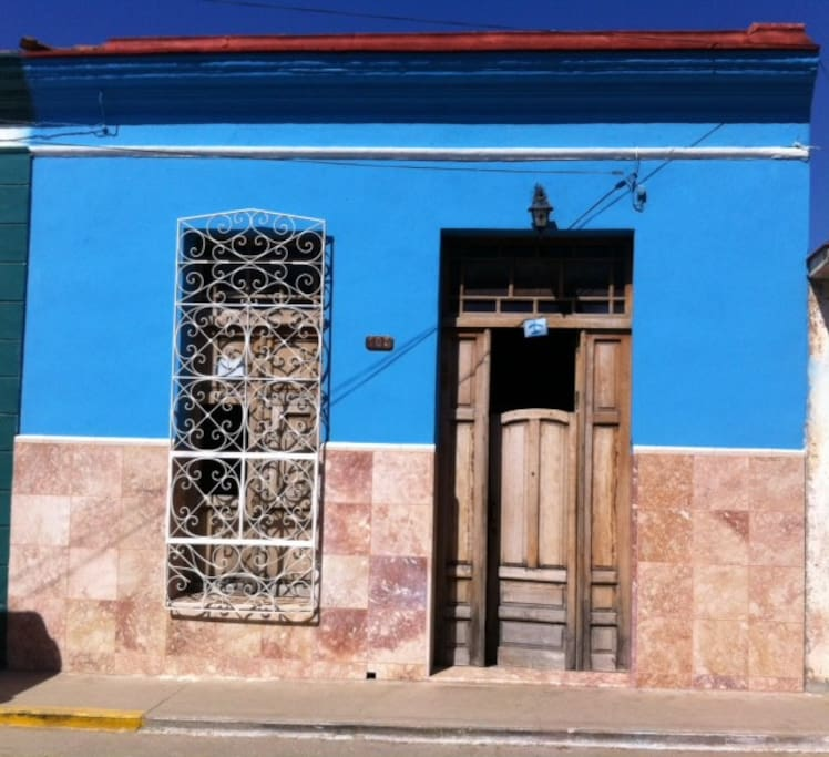 View of the very typical Cuban house taken from the street – and then it just extends into the deep behind the door :-D