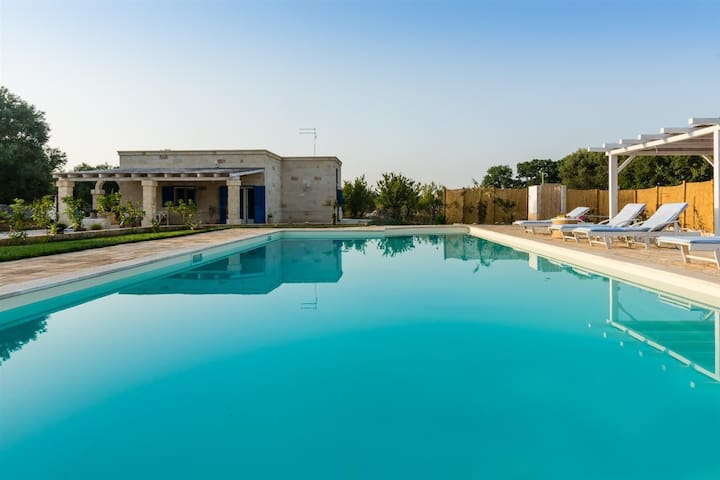 Villa with private Pool, BBQ & Parking
