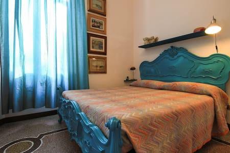 """Al giardino degli artisti, Double bedroom """"Mare"""" - Cairo Montenotte"""
