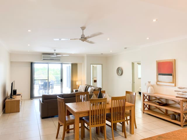 Great Location! Markets, Racecourse & East Point!