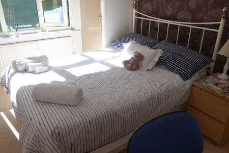 A  cosy double room in Zone 6. B and B. Free Wifi