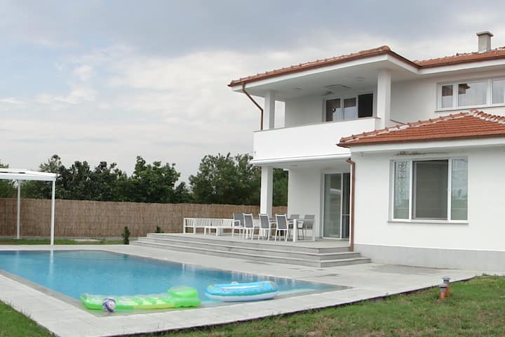 Charming, quiet villa Indaha with swimming pool
