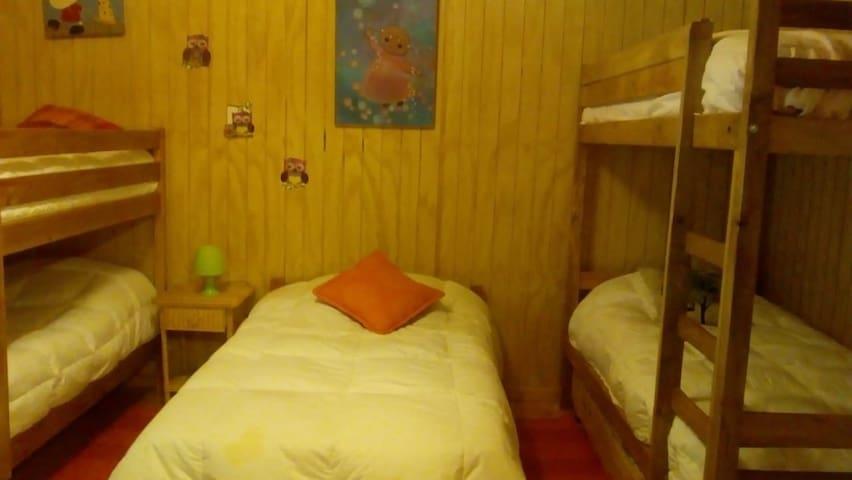 Dormitorio niños, 2 camarotes y cama 1,1/2 plaza