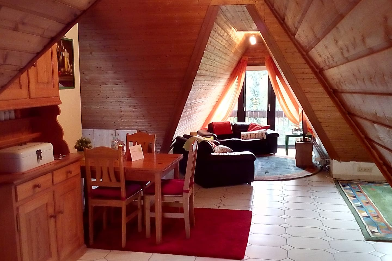 Wohnzimmer mit Fernseher, Decken und Kissen