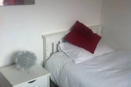Single Room in Modern House in Leeds, W Yorks