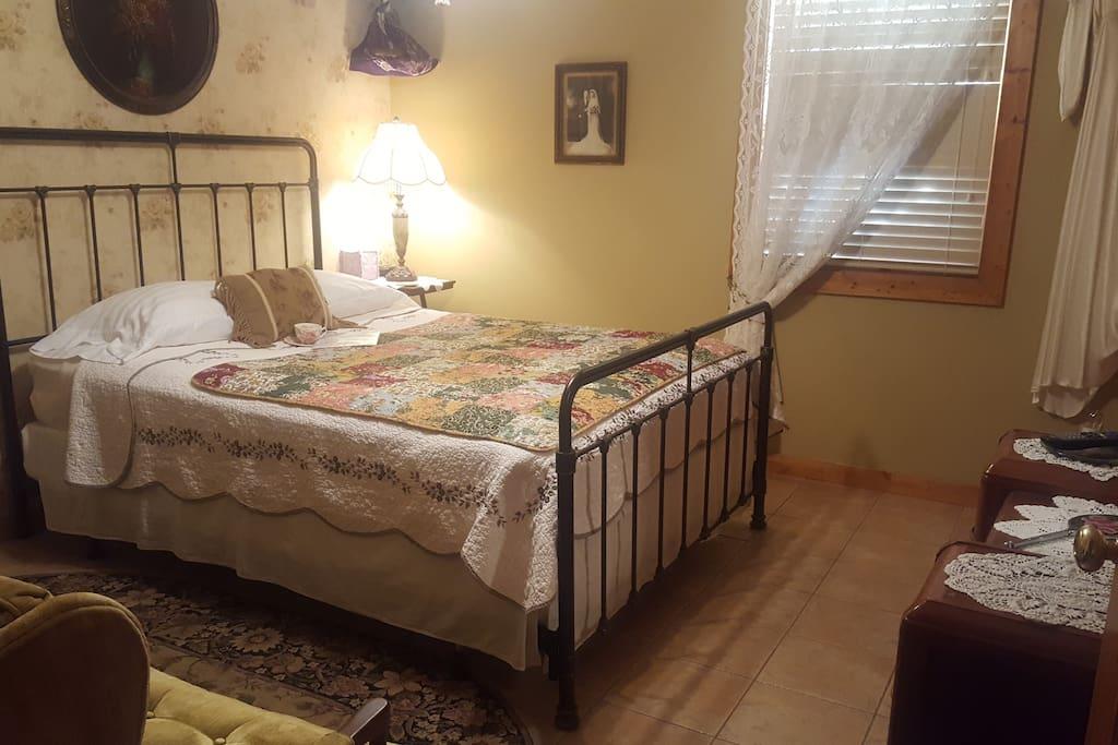 Dotties Room - 1st floor bedroom with Queen bed.