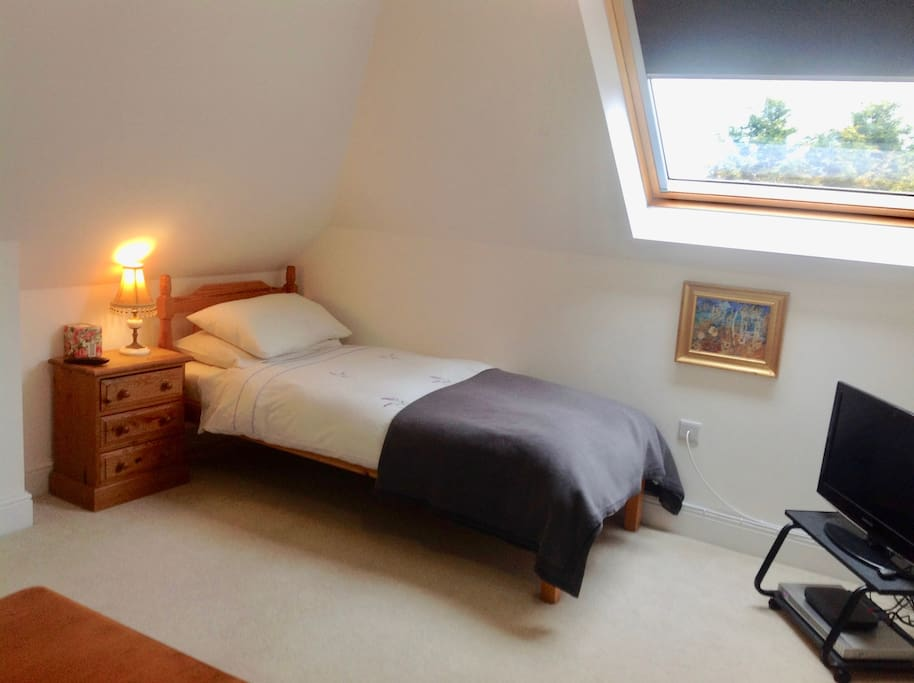 THE SINGLE BED/SITTING ROOM