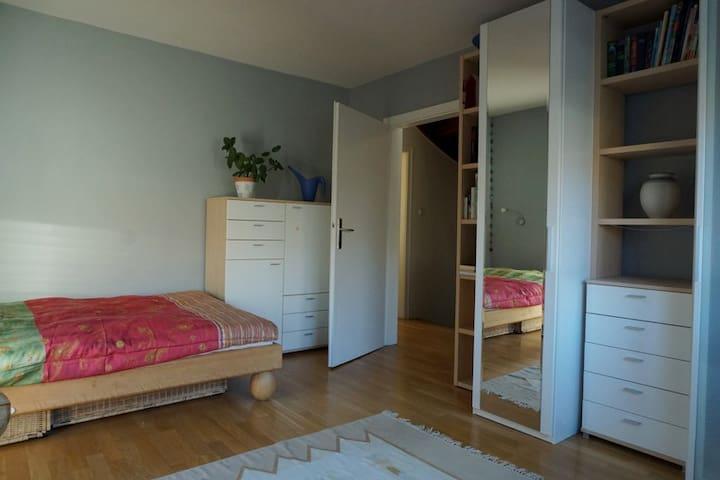 Top Zuganbindung-helles Zimmer in ruhiger Lage