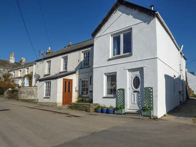 WILLOW COTTAGE, pet friendly, with open fire in Delabole, Ref 933724