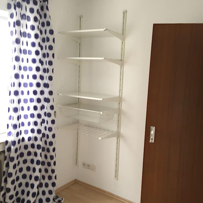 Zimmer mit Wäscheregal