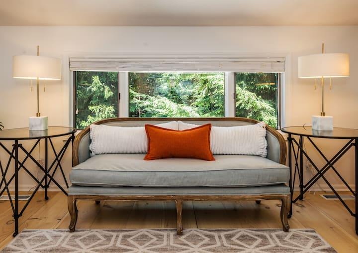 Cozy studio retreat nestled on Marshepaug River