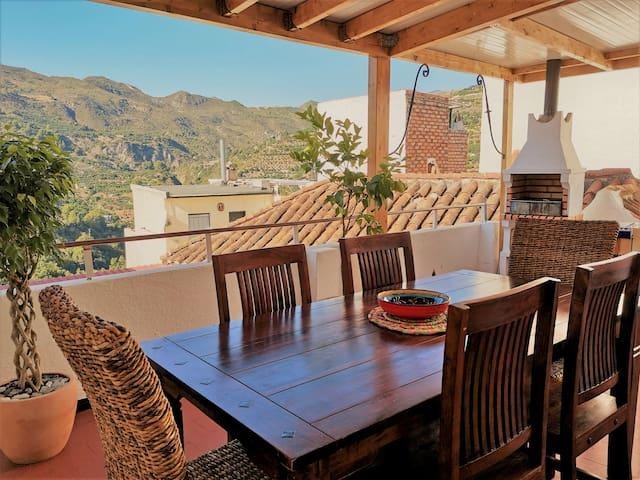 Holiday home, tropical views Wi-Fi Air-Con terrace