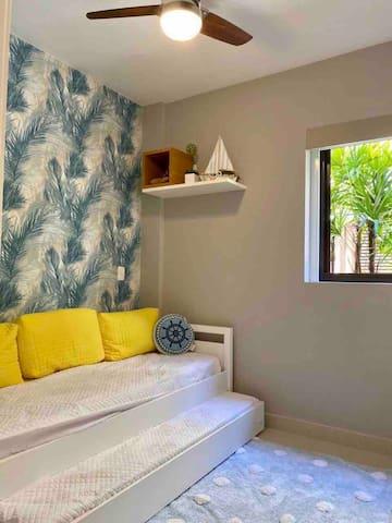 Dormitório com bicama Ar condicionado e ventilador de teto