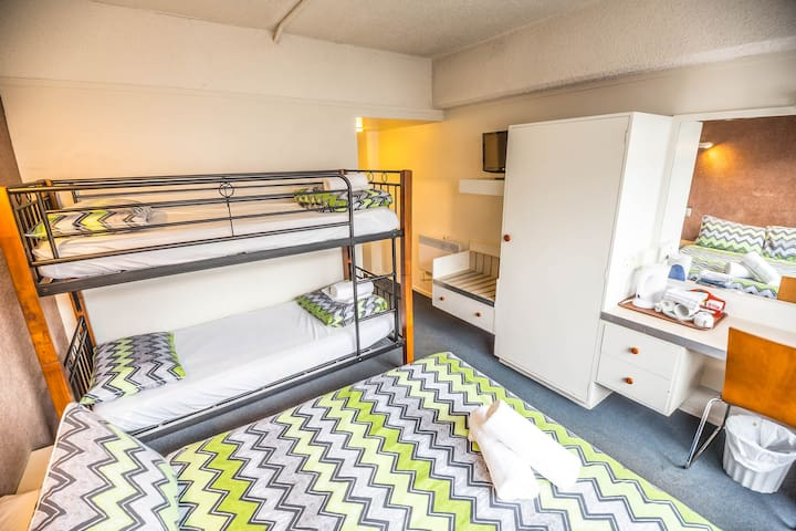 Double + Bunk Ensuite - YHA Queenstown Central