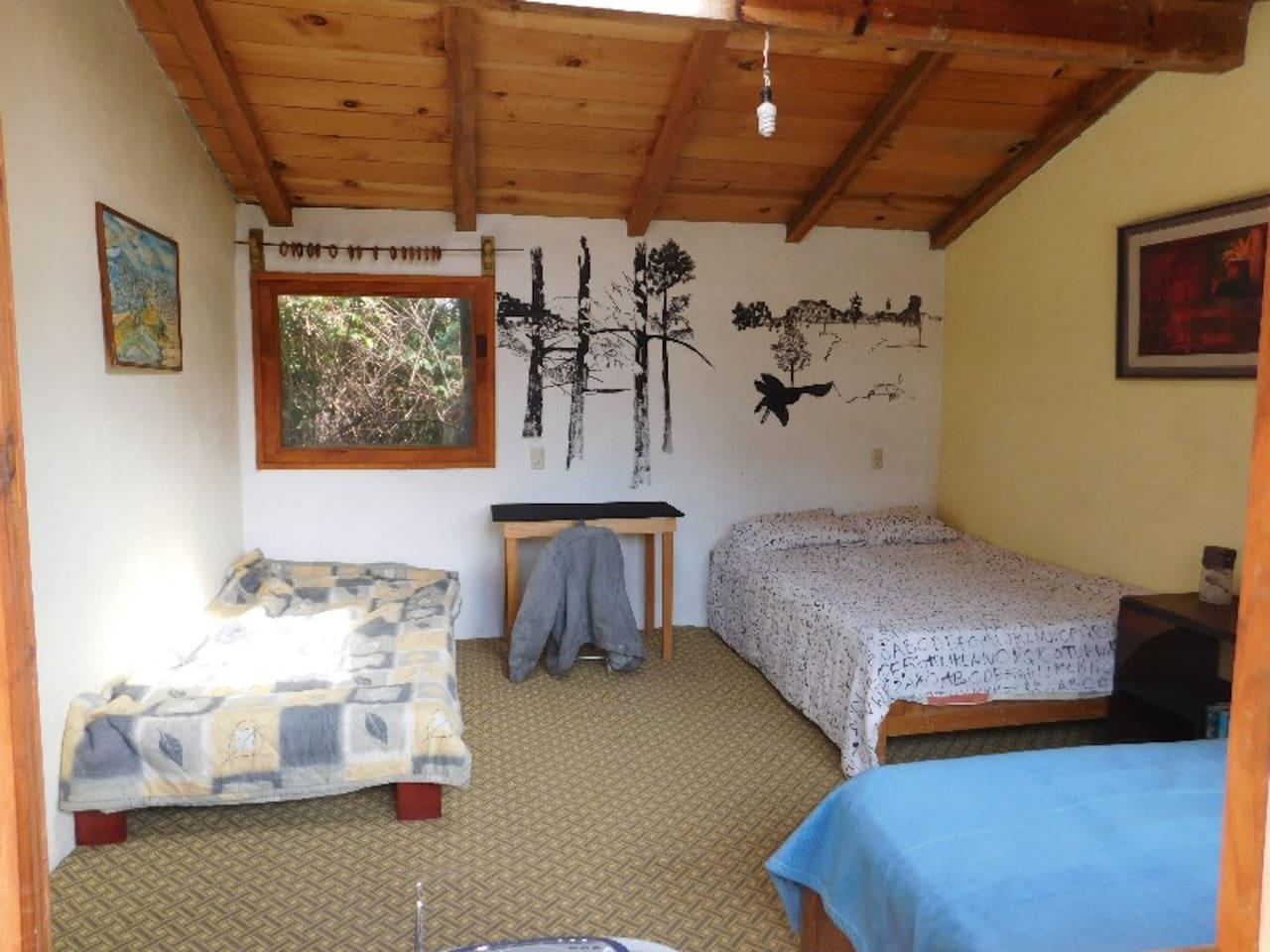 se trata de un bungalow que cuenta con una cama matrimonial y dos individuales.una cocineta y un baño con agua caliente,incluido 4 bicicletas de montaña una tabla para surf,juegos para niños con un patio amplio