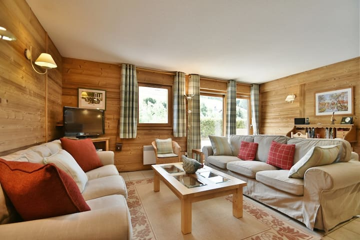 4 star 4 bed apt for 9, 200m from the slopes, chairlifts and main street + wifi!