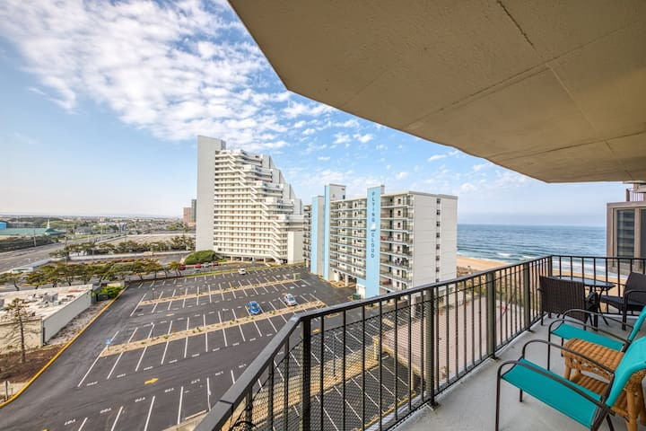 Family friendly condo w/ beach access, shared pool, sundeck, gym, and free WiFi!