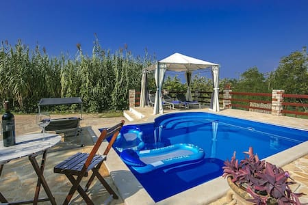 House Ester with swimming pool - Materada