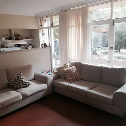 Large king bed with large couch and TV - Woollahra - Rumah