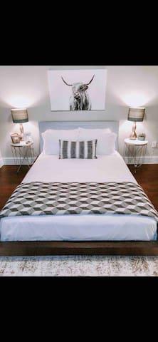 Modern East Austin - Loft/bedroom/private bathroom