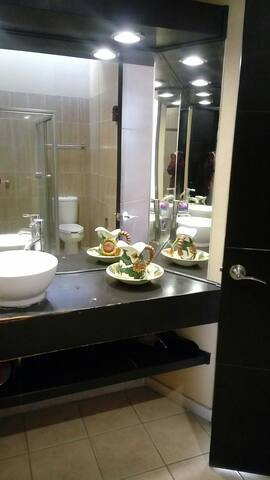 Moderno baño completo .