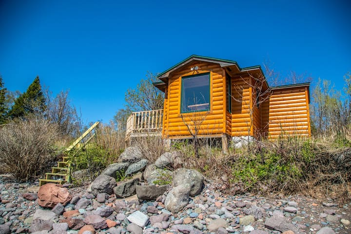 Creek Side Cabin is an adorable cabin right on Lake Superior just a short drive to the Temperance River, the Sawbill Trail, Carlton Peak and more.