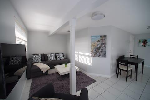 2 Bedroom / 2 Bathroom Apartment 1 minute to Beach