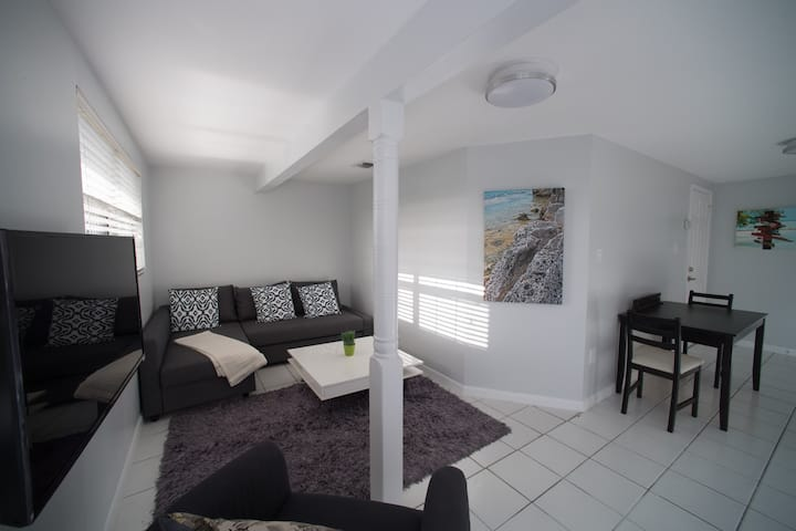 2 Bedroom / 2 Bathroom Apartment 1 minute to Beach