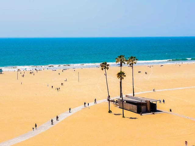 Cali Vibes ~ Walk to Beach ~ Pool, Gym & Spa