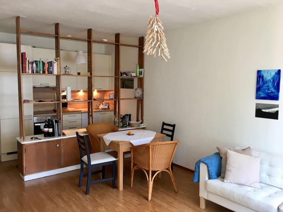 Küche und Esstisch.