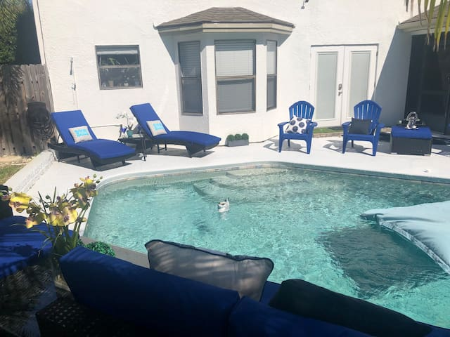 Your home away from home. HEATED pool Urban Oasis