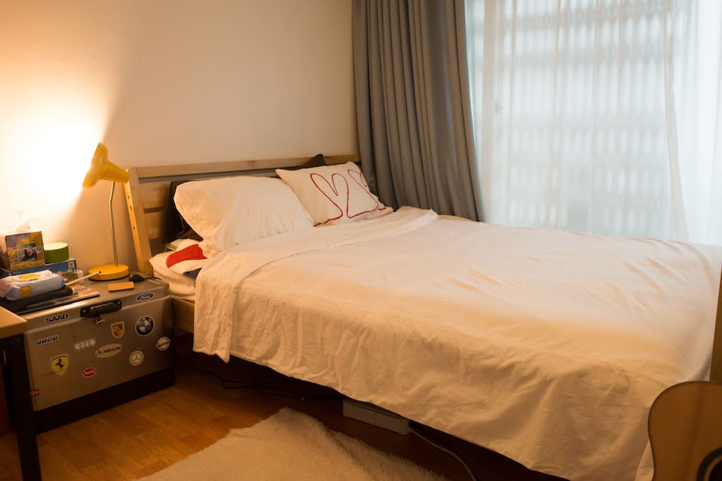 피곤한 한명에게도, 두명에게도 충분한 퀸사이즈 침대에요. 베개는 높은 것/낮은 것 하나씩 있으니 뒷통수 모양대로 고르세요;)