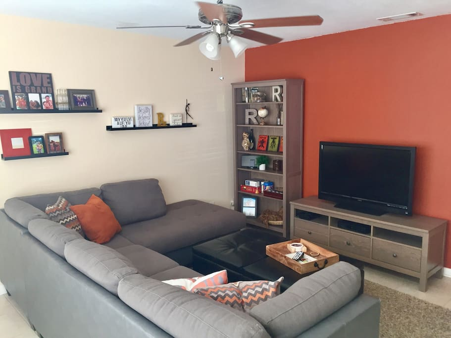 Living room (view 2)