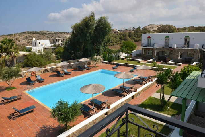 Superior 5-Bedroom House with Garden and Pool View
