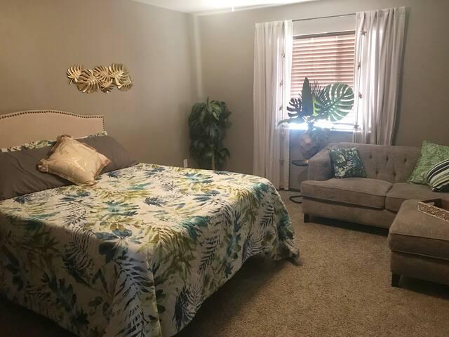 Havasu Oasis! Spacious queen bedroom, private bath