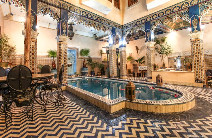 Riad Puchka Marrakech 2 beds in red room piscine - Marrakesh