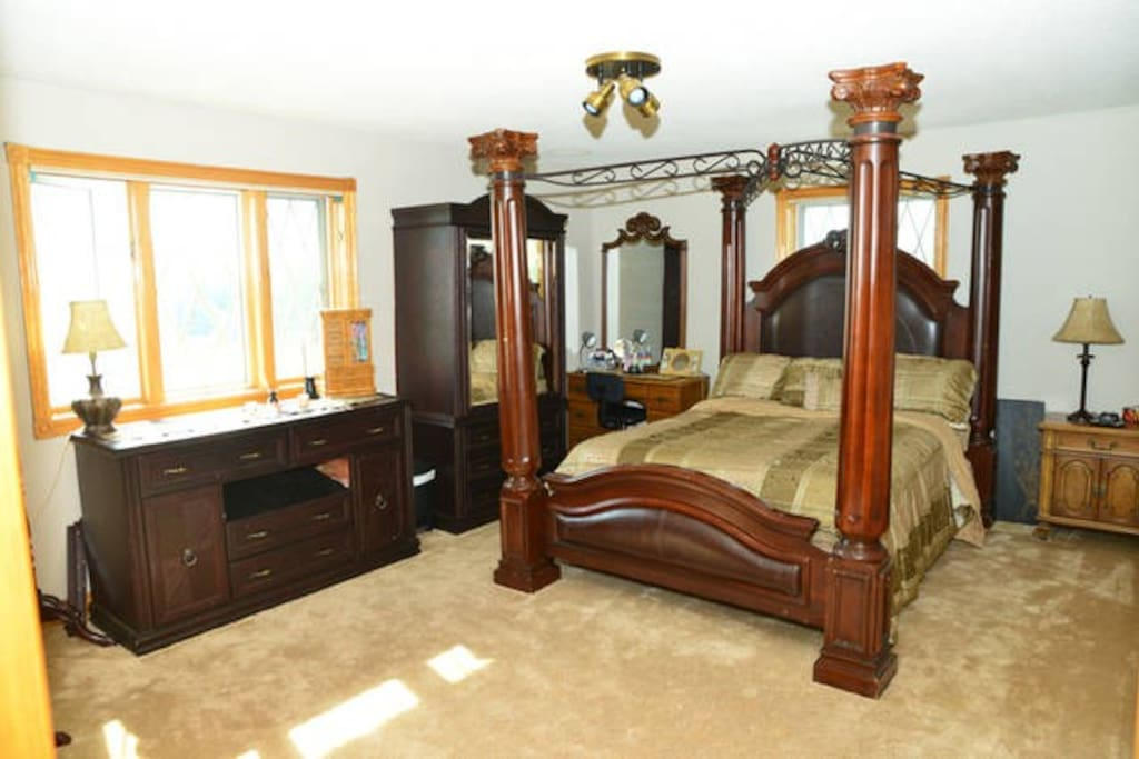 Mahogany Four Poster Canopy Bedroom with Ensuite Bath Bathroom