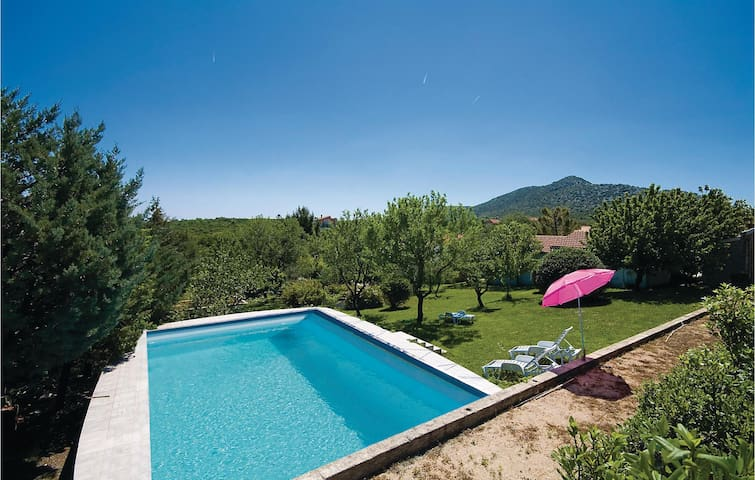 Holiday cottage with 4 bedrooms on 92 m² in Dazlina
