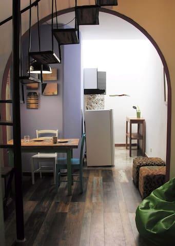 Aparta-estudio duplex, muy iluminado, cocina equipada. Terraza con mesa para descanso.