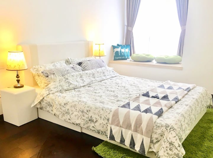 Luxurious Queen Room with sitting bay in R&F mall