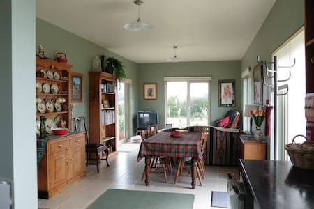 Eco self contained 6 square cottage - Westbury - Bed & Breakfast