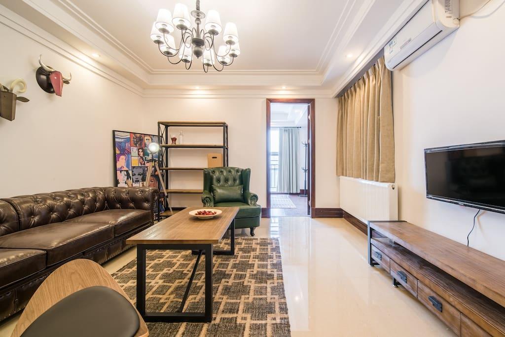 客厅非常宽阔,整体看起来风格比较美式!