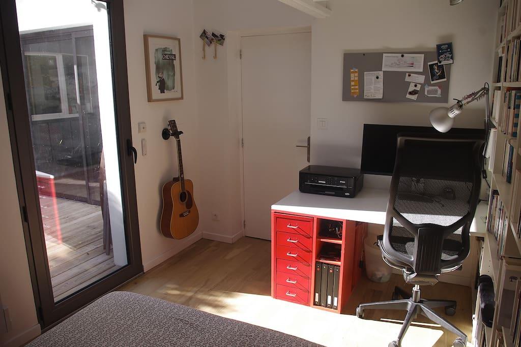 Votre chambre (coin bureau et accès terrasse)